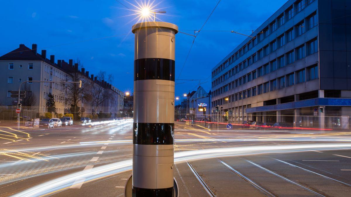 Eine Blitzsäule (PoliScan red+speed) mit kombinierter Überwachung von Rotlicht und Geschwindigkeit in Nürnberg.