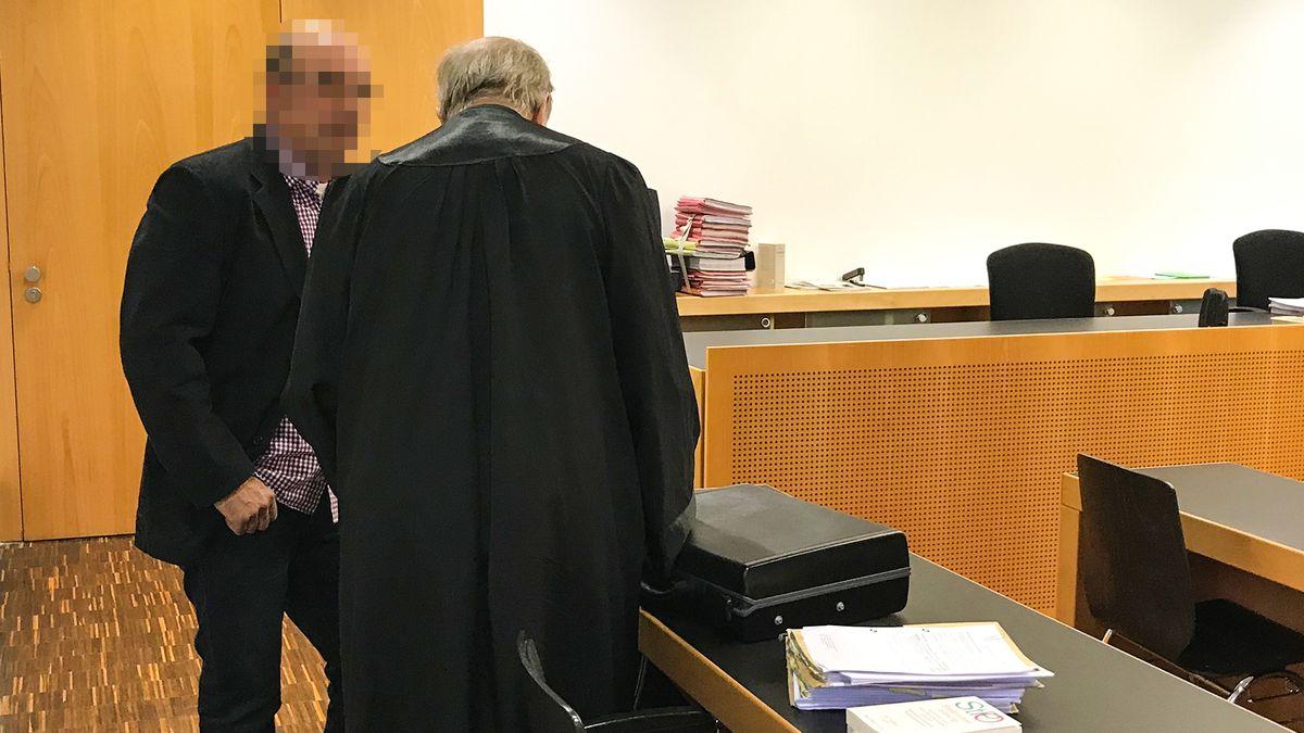 Der Jäger spricht mit seinem Anwalt im Augsburger Amtsgericht