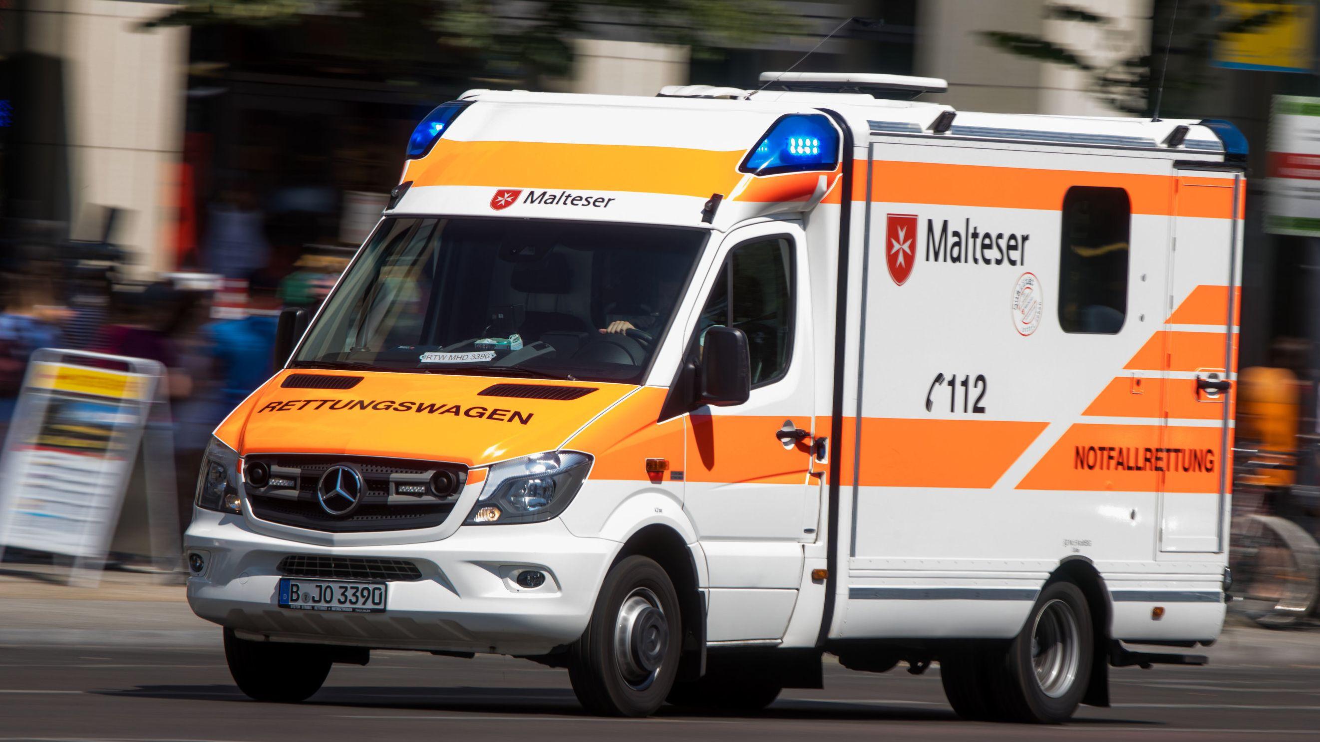Ein Rettungswagen der Malteser in Fahrt