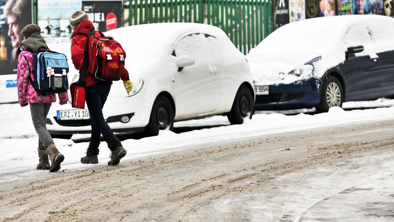 Kinder auf dem Schulweg im Winter (Symbolbild)
