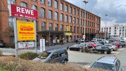 Blick auf das alte Spinnereigebäude in Bayreuth, in dem unter anderem zwei Supermärkte untergebracht sind. | Bild:BR/Lasse Berger