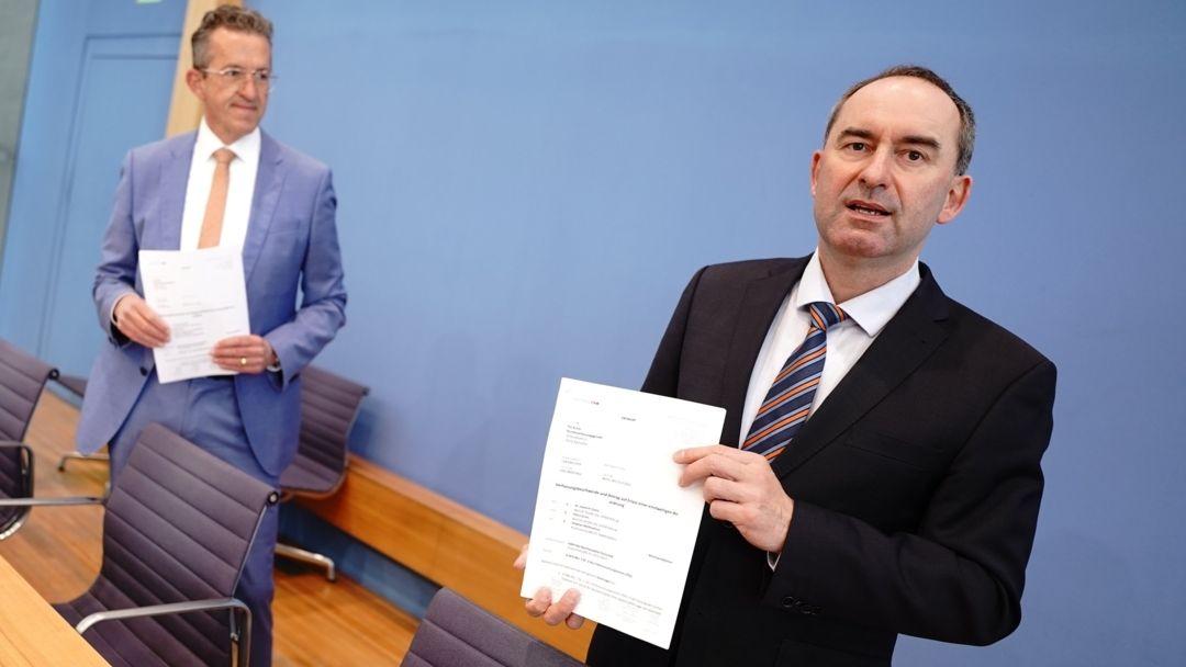22.04.2021, Berlin: Hubert Aiwanger und Joachim Streit (beide Freie Wähler) zeigen die Verfassungsbeschwerde gegen das Infektionsschutzgesetz.