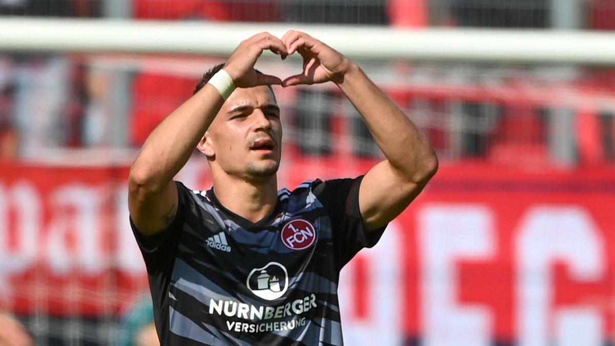 Nikola Dovedan zeigt den Nürnberg Fans ein Herz