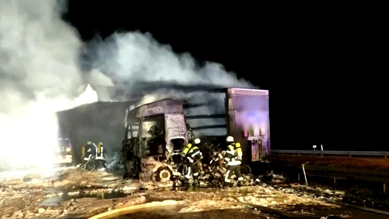 Brennender und qualmender Lkw auf A3 wird von Feuerwehrleuten gelöscht