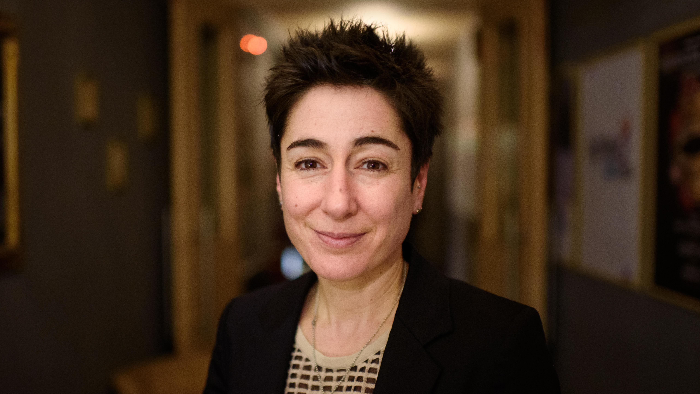 Porträt der Moderatorin Dunja Hayali. Sie trägt einen schwarzen Blazer, der Hintergrund ist unscharf.