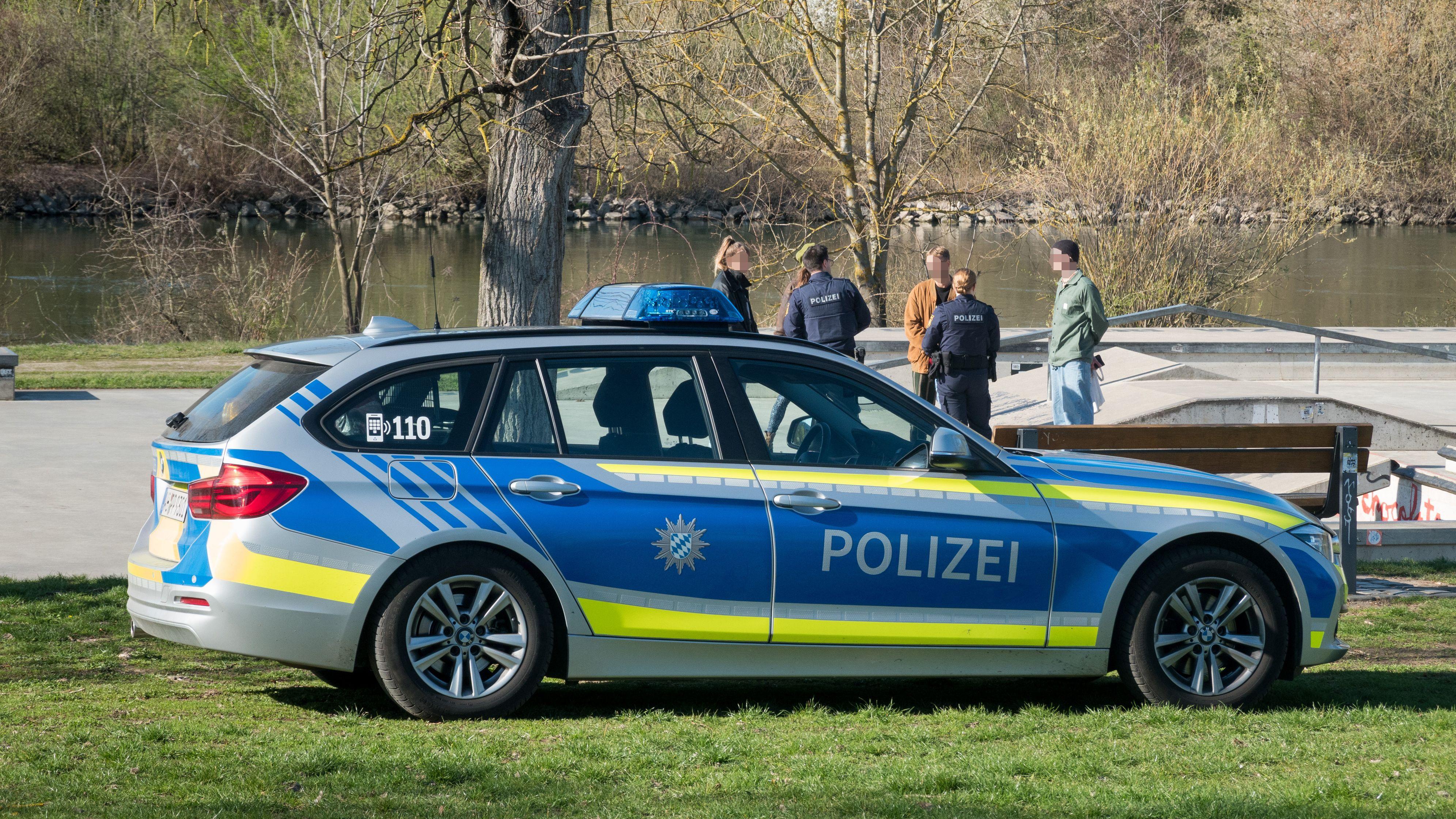 Die Polizei kontrolliert mit zahlreichen Streifen die Ausgangsbeschränkungen der Bayerischen Staatsregierung