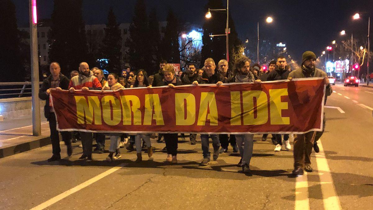 Eine Gruppe Demonstrierender mit einem Banner.