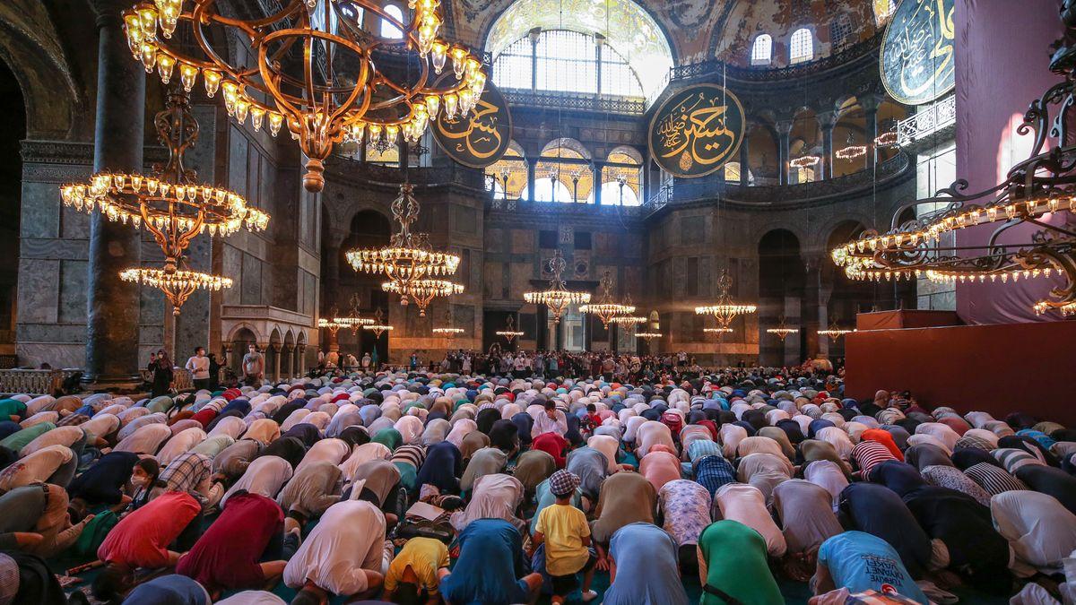 Muslime in der Hagia Sophia beim ersten Freitagsgebet in der Moschee seit 85 Jahren.
