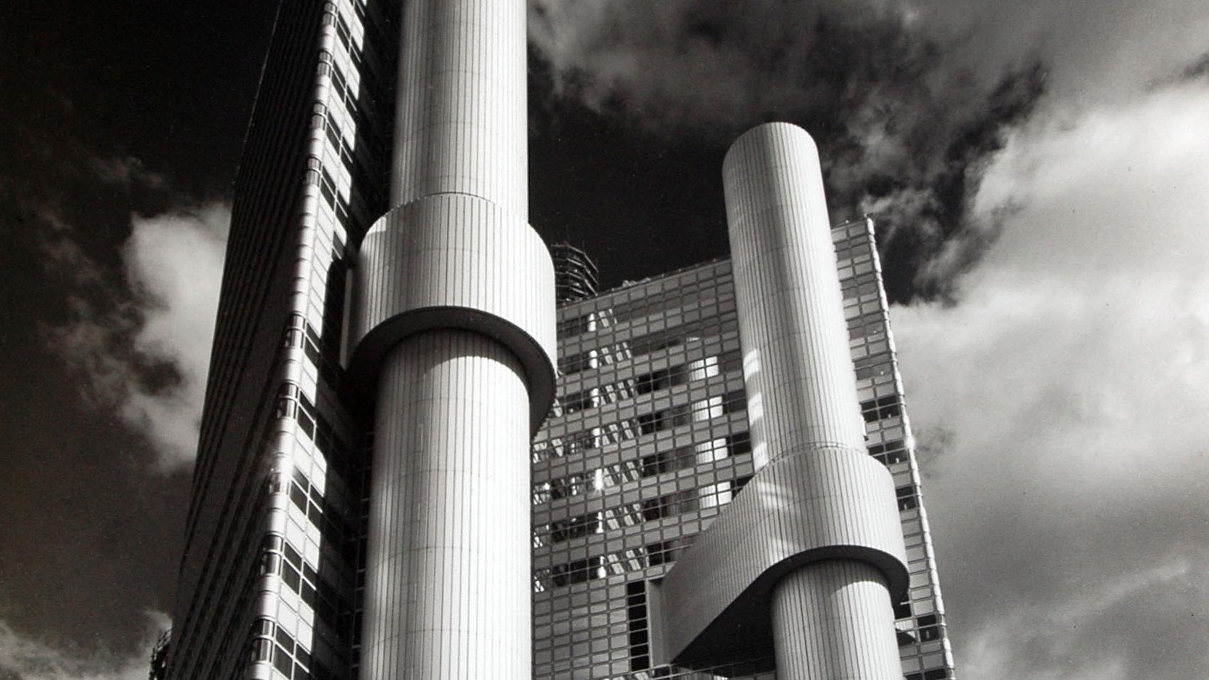 Fotografie in Untersicht, Hochhaus mit Säulen und Glasfassaden (Zentrale der Hypobank am Arabellapark, München, Walther und Bea Betz), 1981
