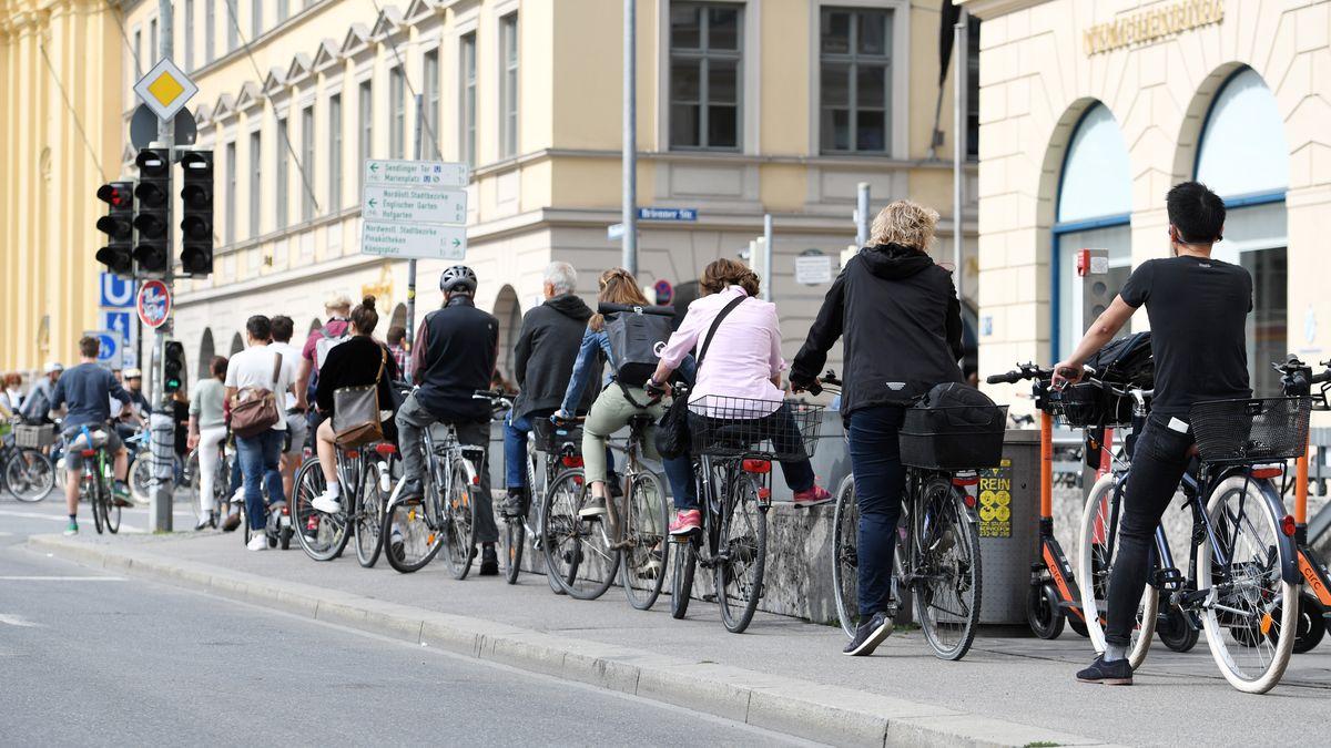 Radfahrer stauen sich an einer Ampel am Odeonsplatz