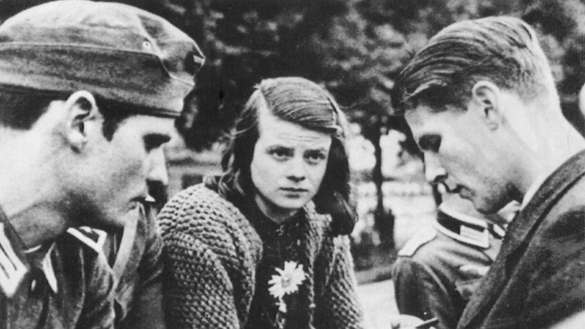 Hans Scholl (links), Sophie Scholl (in der Mitte) und Christoph Probst (rechts) am am 22. Juli 1942 in München.