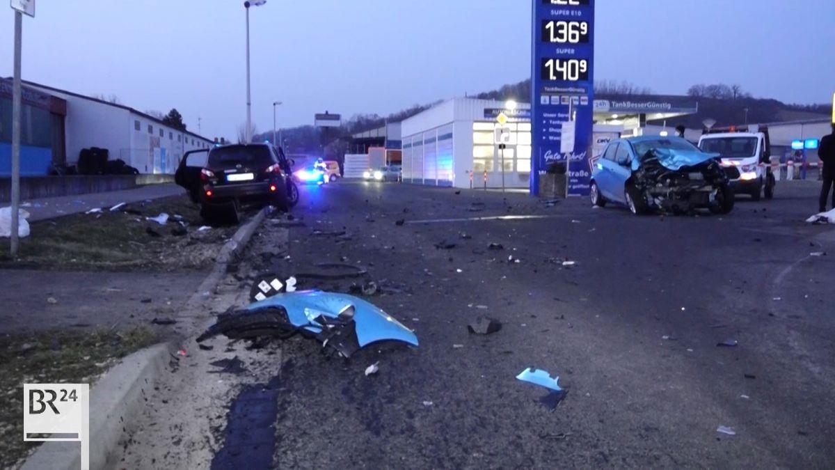 Zwei Unfallautos stehen am Straßenrand