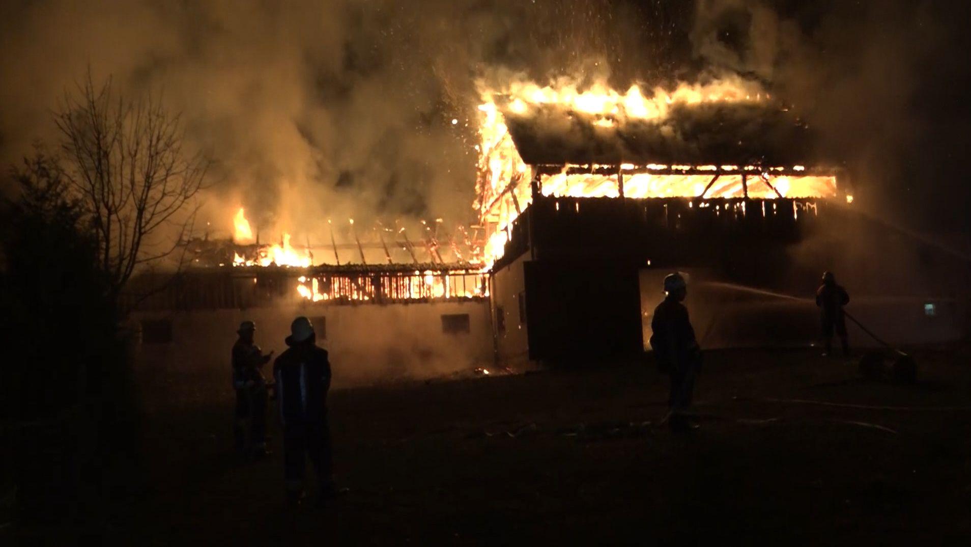 Ein Stall steht lichterloh in Flammen.