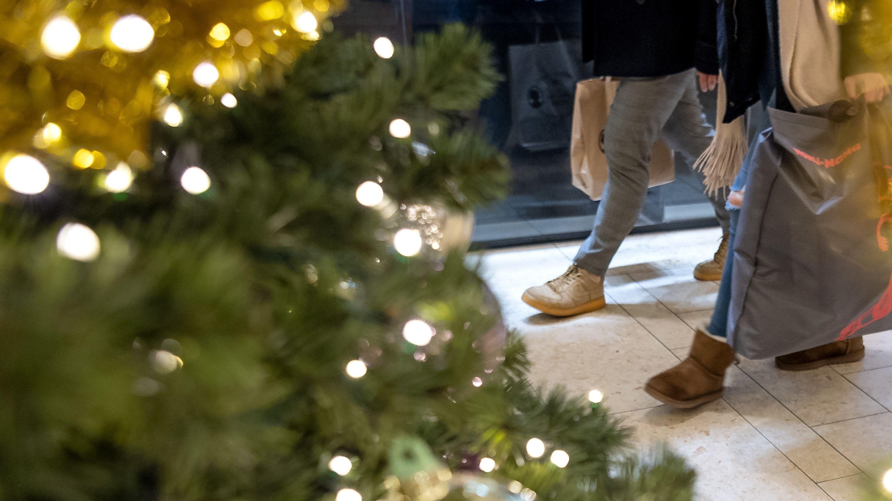 Weihnachtsshopping im Kaufhaus mit weihnachtlicher Beleuchtung