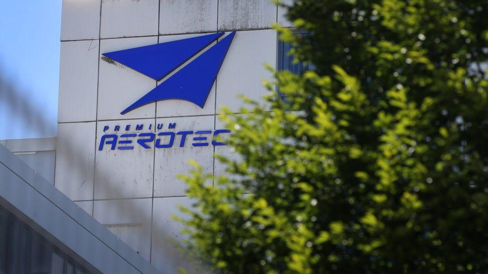 Das Logo der Airbus-Tochter Premium Aerotec am Hauptsitz des Unternehmens in Augsburg.