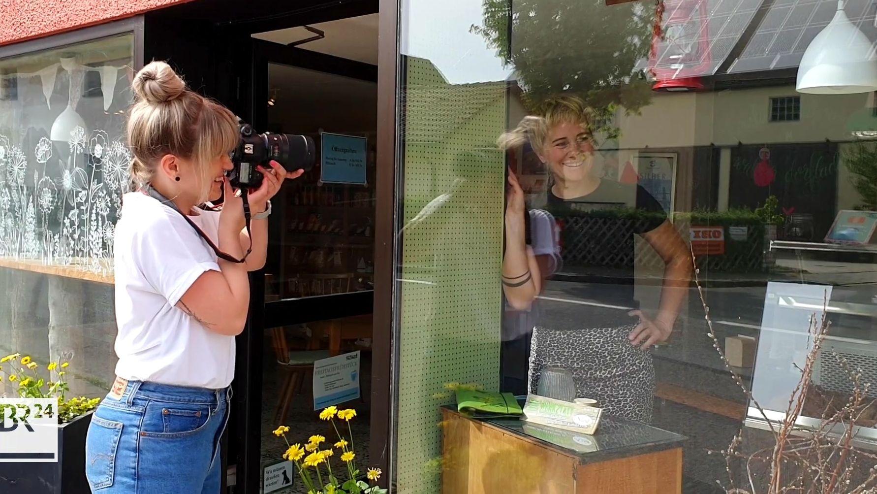 """Jasmin fotografiert """"Türgeschichten"""" mit Stefanie Schwarz vom Walder Dorfladen"""