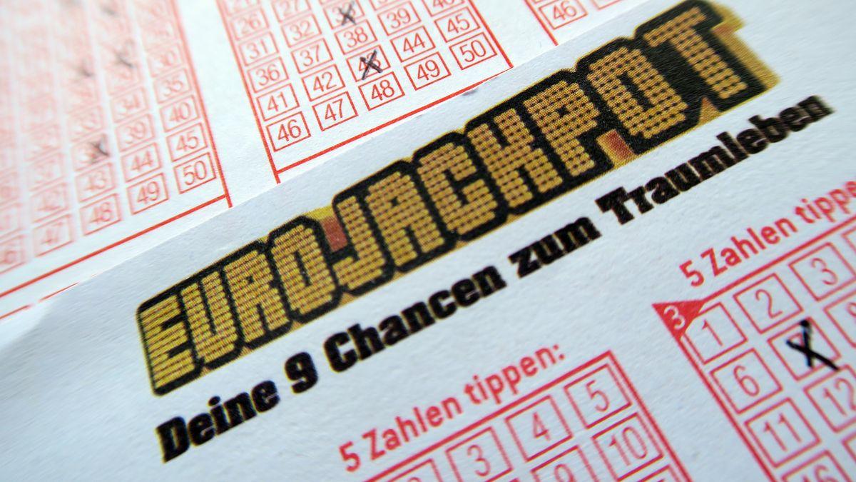 Ein Teilnahmeschein für für die Lotterie Eurojackpot von Westlotto mit Feldern zum Ankreuzen der getippten Zahlen