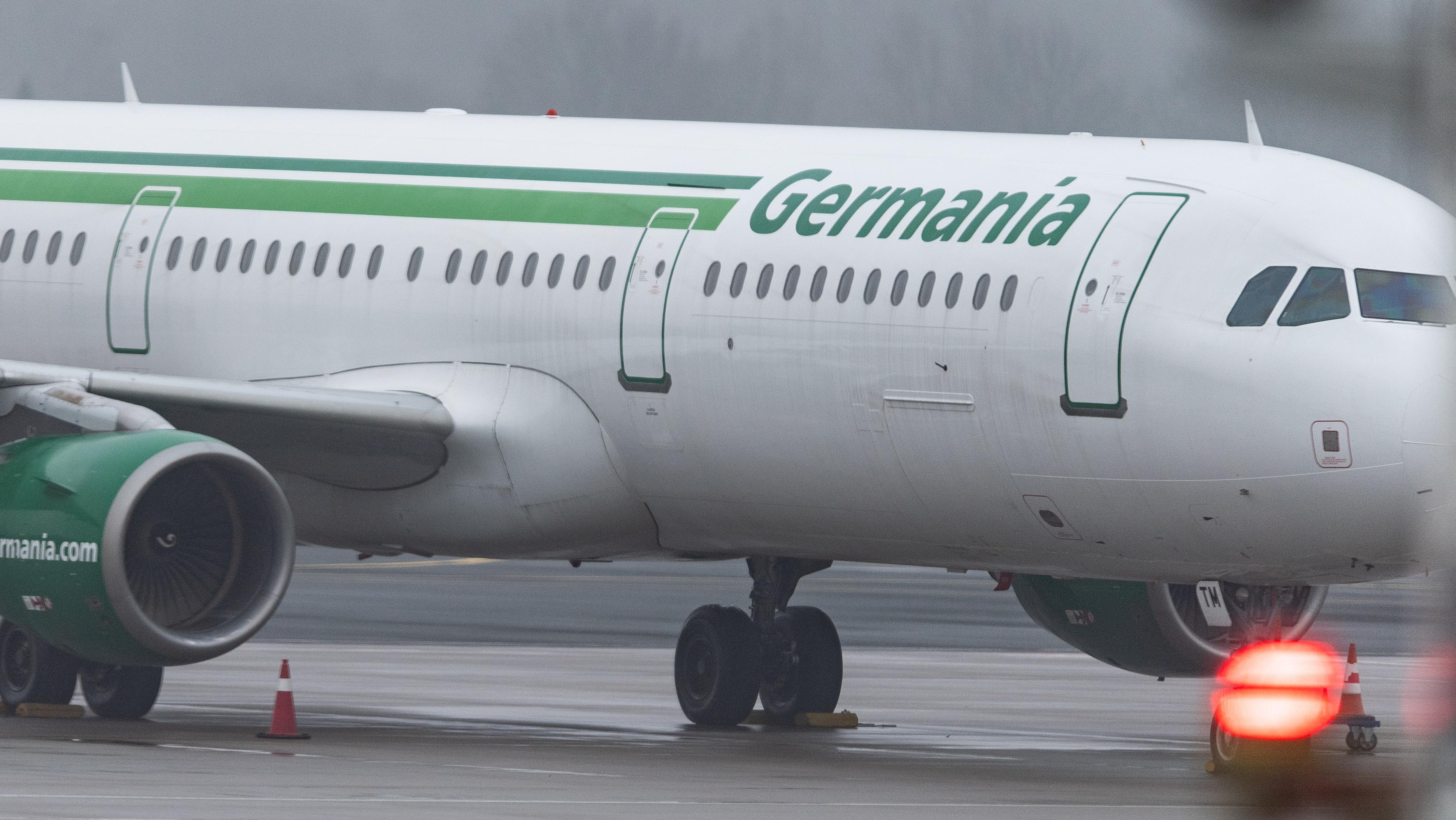 Ein Flugzeug der Fluggesellschaft Germania am Flughafen Düsseldorf
