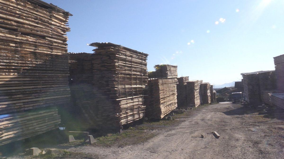 Etlich riesigen Stapel mit vorgeschnittenen Holzbrettern
