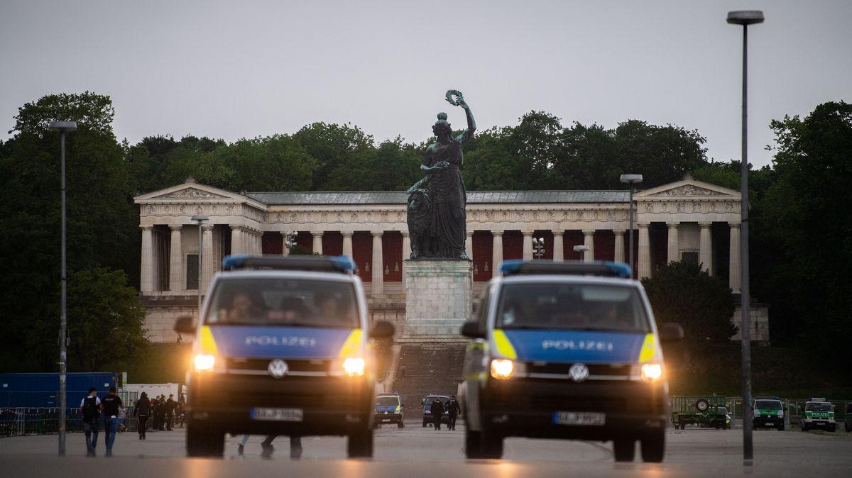 Polizisten sperren die Theresienwiese ab.