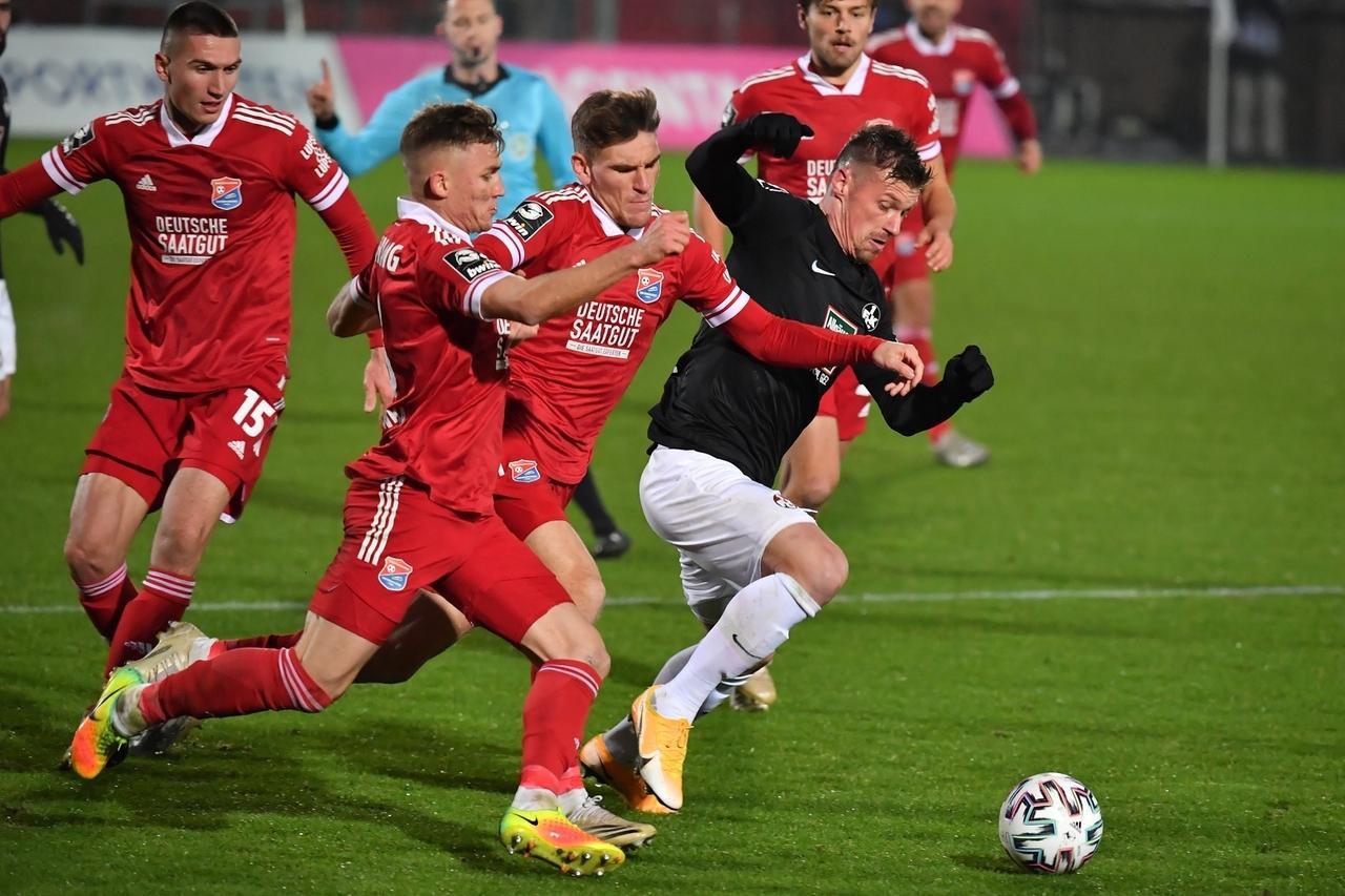 Spielszene aus einer Begegnug zwischen dem 1. FC Kaiserslautern und der SpVgg Unterhaching