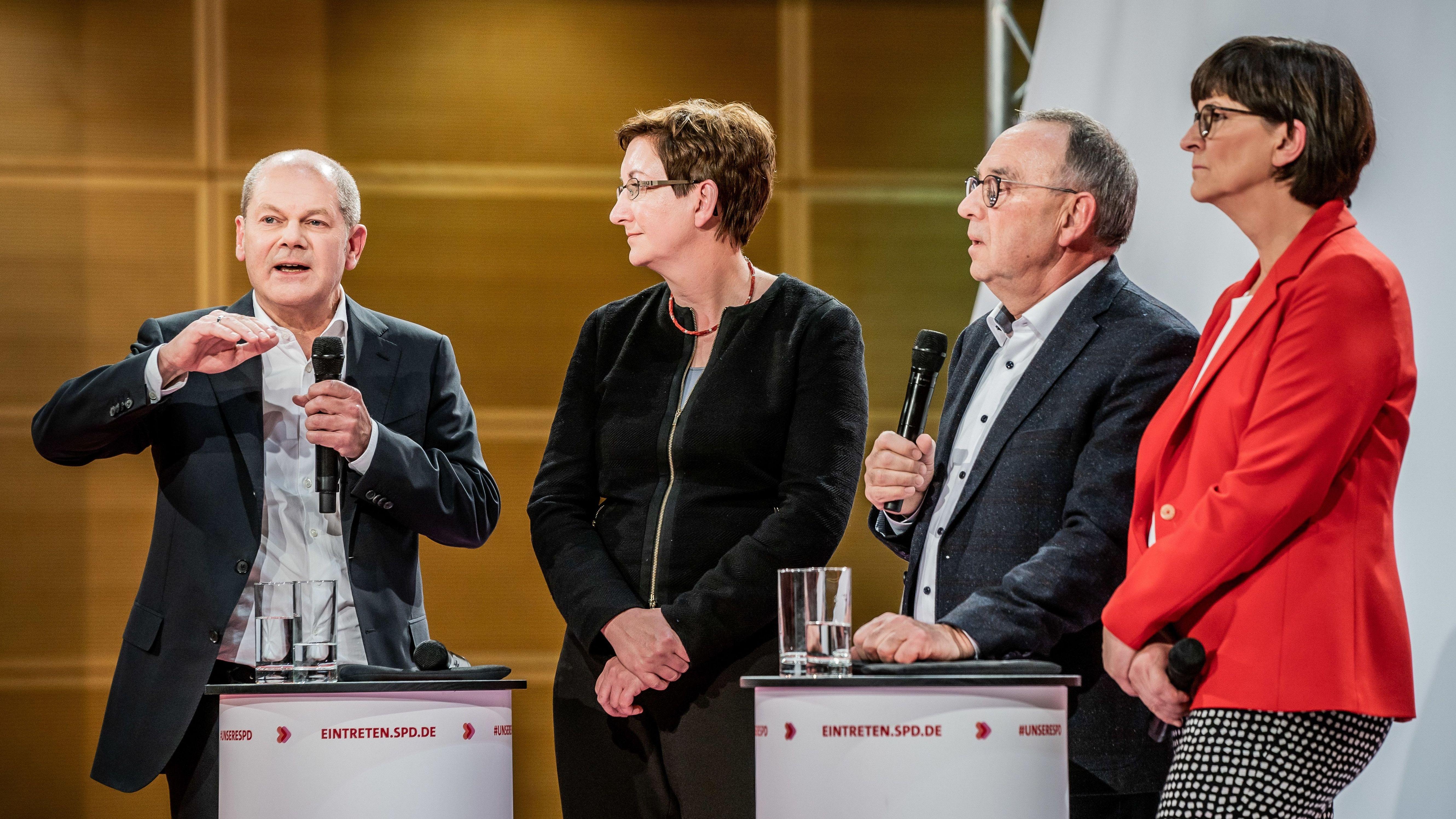 Olaf Scholz (l) spricht neben Klara Geywitz (2.v.l) und Saskia Esken (r) neben Norbert Walter-Borjans (2.v.r)