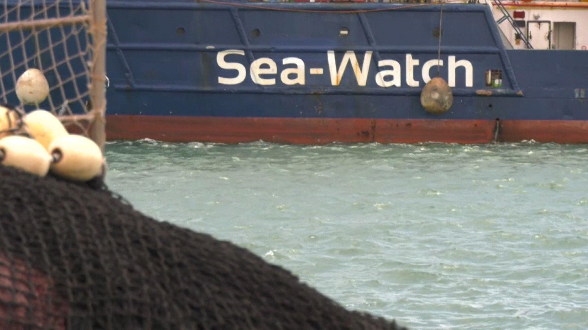 Teilaufnahme eines Schiffes mit der Aufschrift Sea-Watch