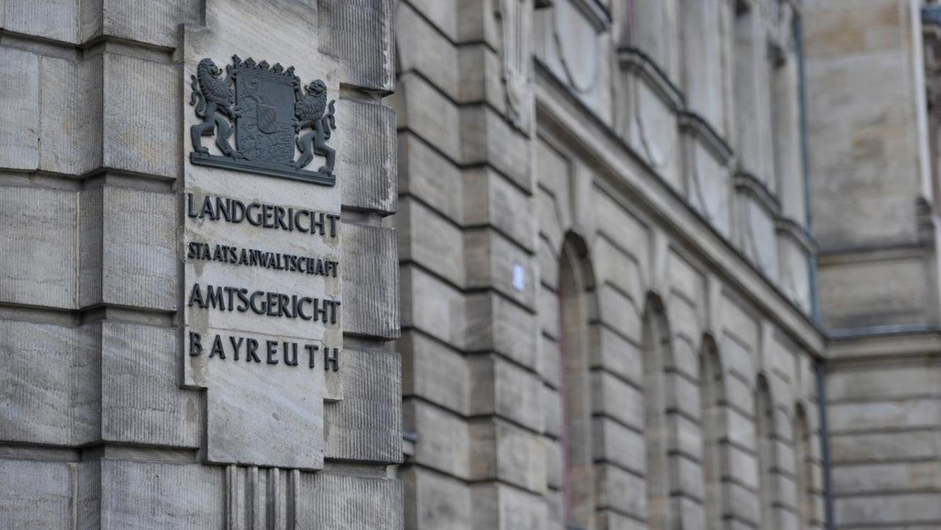"""Schriftzug """"Landgericht, Staatsanwaltschaft und Amtsgericht Bayreuth"""" an einer Hausfassade"""