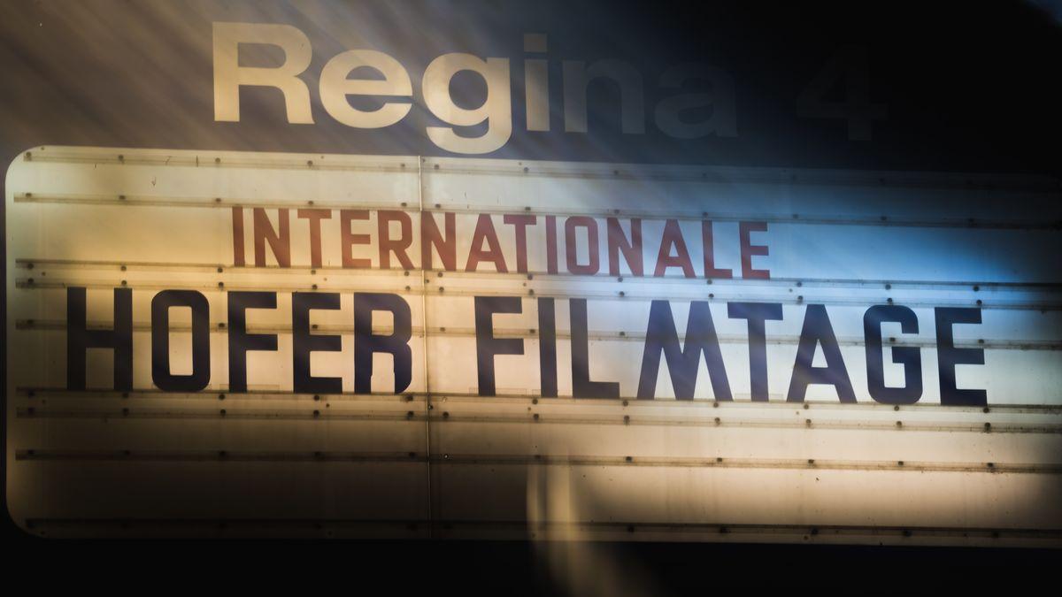 """Ein Schild zeigt die Aufschrift """"Internationale Hofer Filmtage""""."""