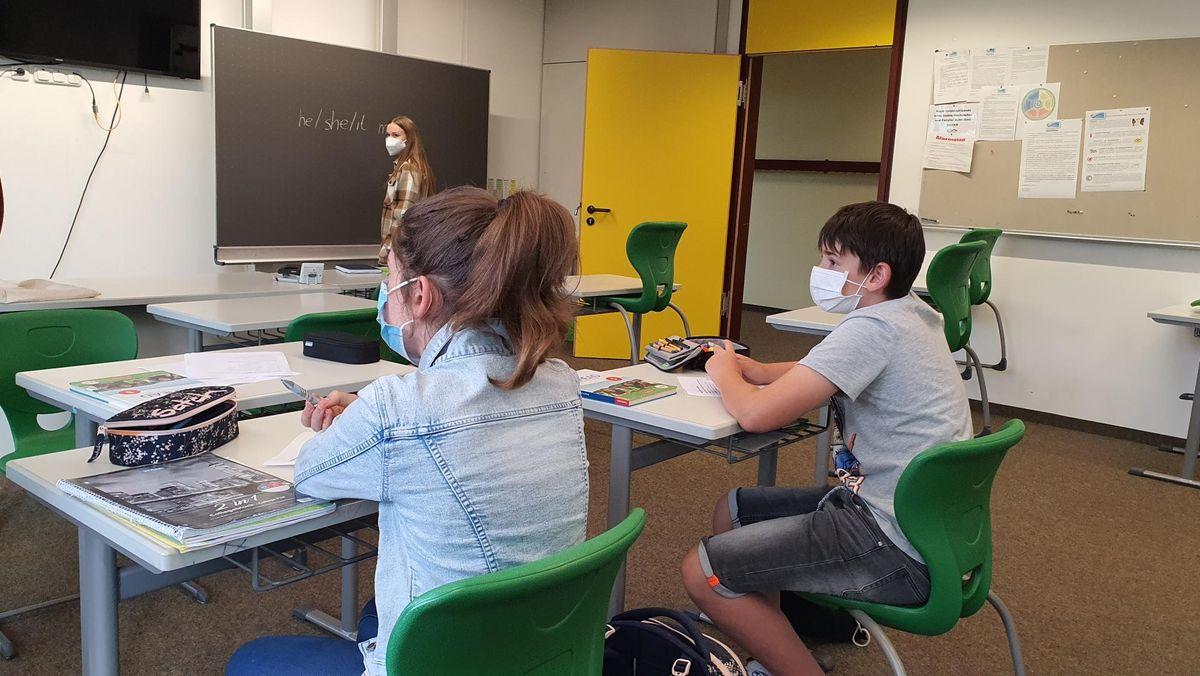 Schüler sitzen in einem Klassenzimmer.