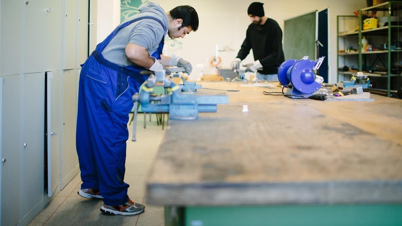 Afghanische Flüchtlinge in einer Werkstatt