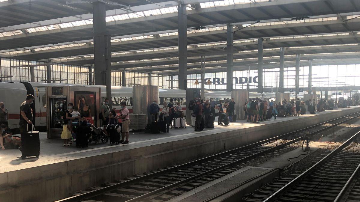 Bahnreisende warten im Münchner Hauptbahnhof