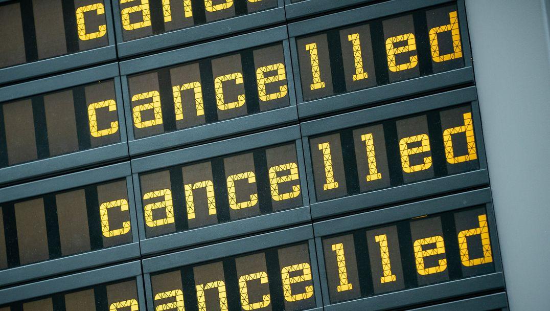 """Die Anzeigetafel am Flughafen zeigt viele gestrichene Flüge mit dem Vermerk """"Cancelled"""" an. (Symbolbild)"""