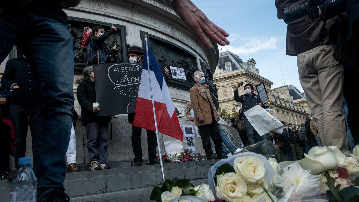 Blumen und Schilder erinnern an den Mord an dem Geschichtslehrer Samuel Paty.