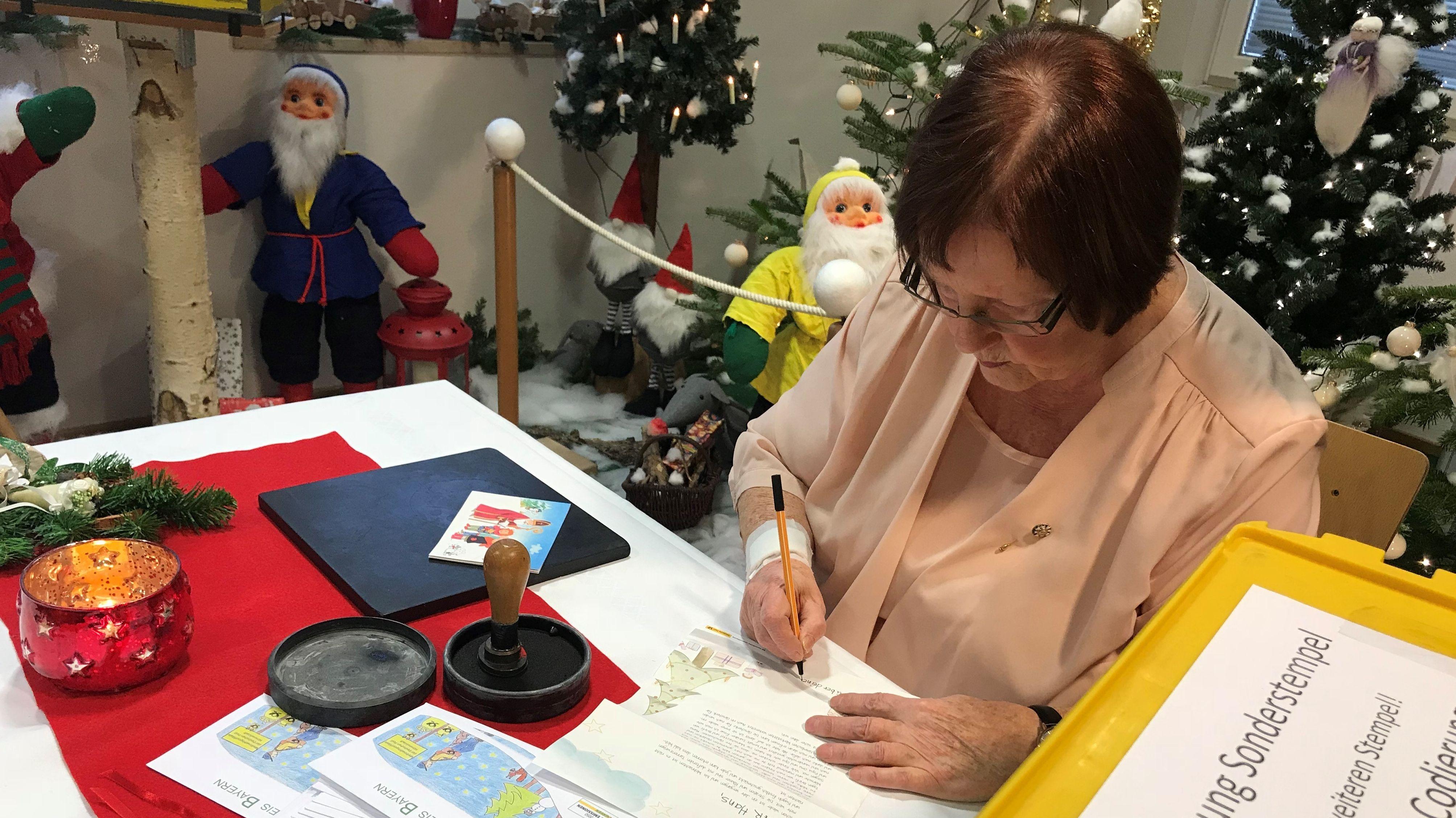 Rosemarie Schotte beim Beantworten eines Briefes