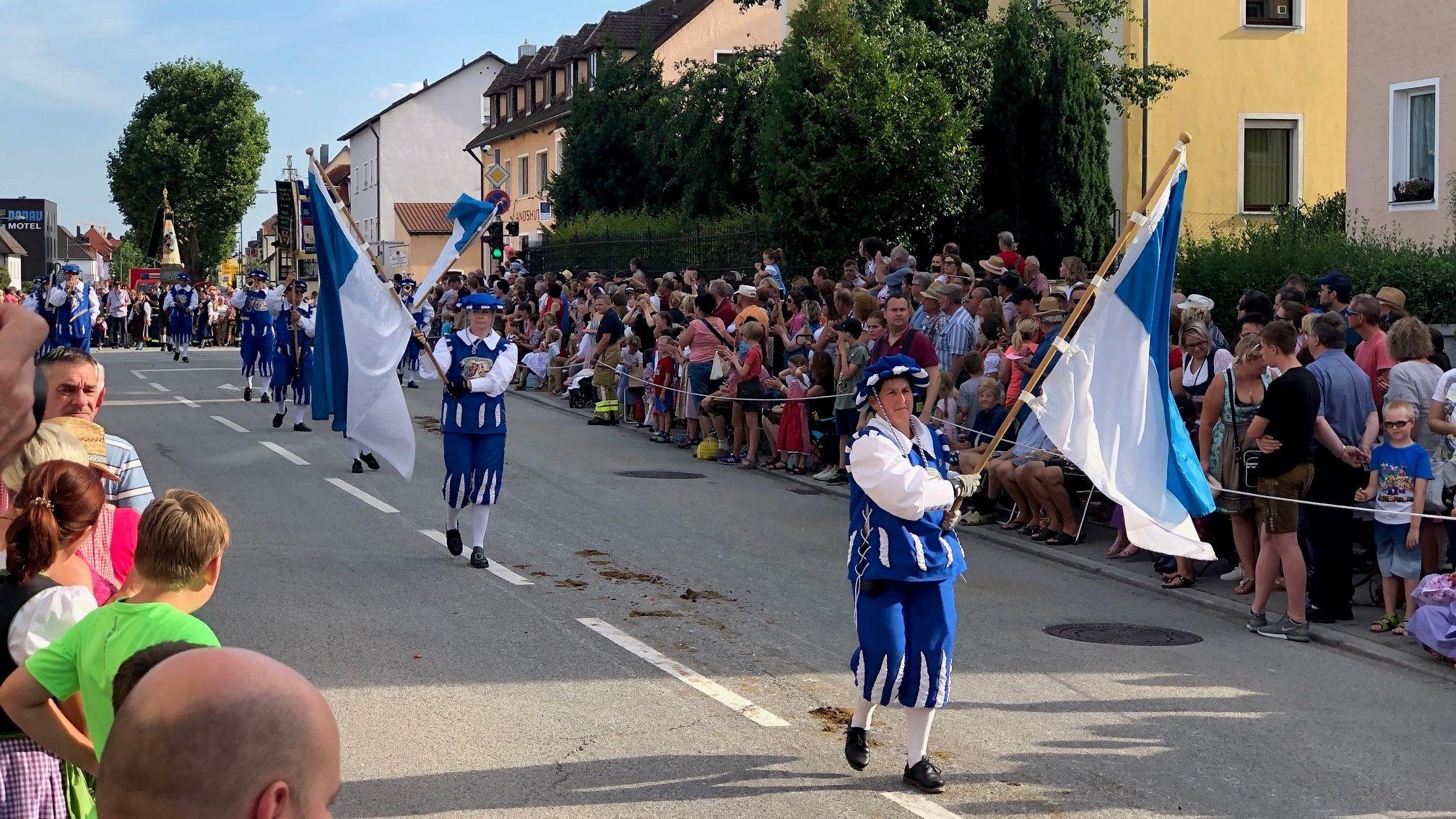 Über 3.500 Mitwirkende waren dieses Jahr beim traditionellen Volksfestauszug in Straubing dabei