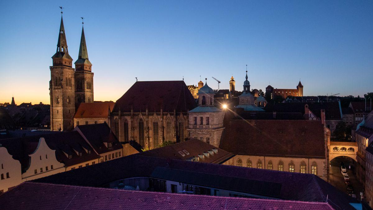 Blick auf die Kirche St. Sebald und im Hintergrund die Kaiserburg