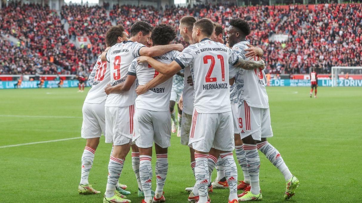 FC-Bayern-Spieler feiern ein Tor in Leverkusen