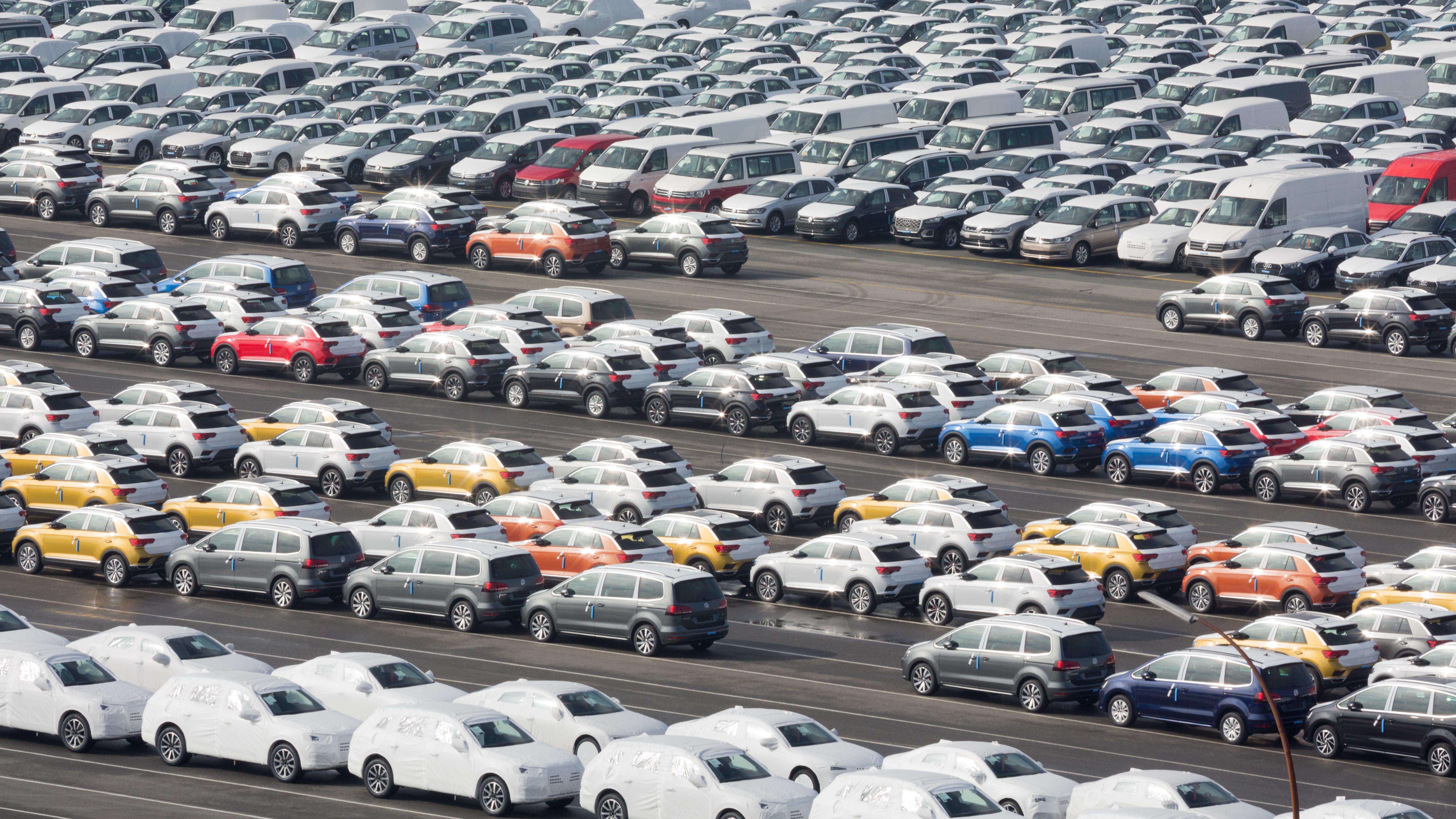 Fahrzeuge des VW-Konzerns stehen im Hafen von Emden zur Verschiffung bereit.