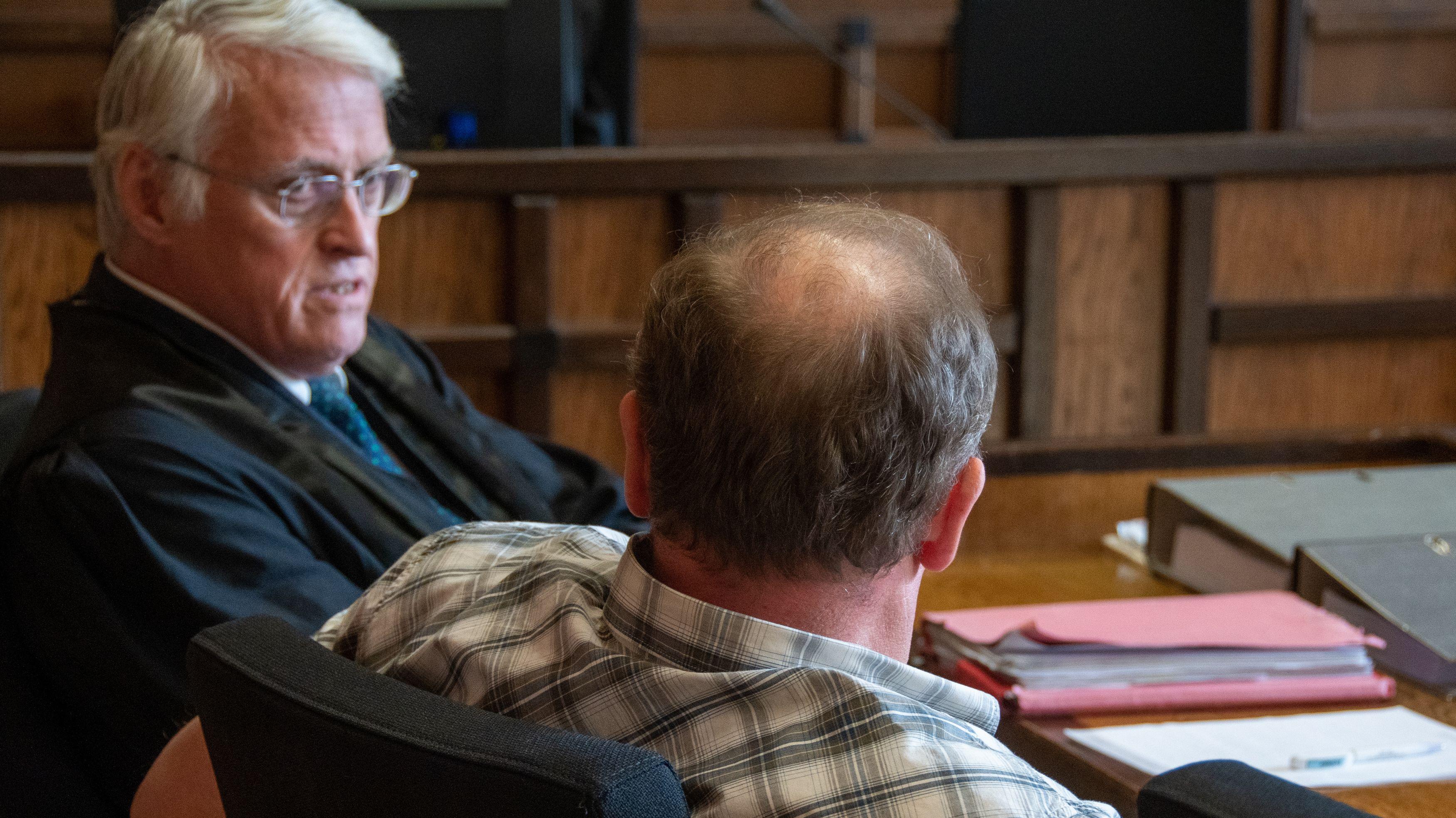 Der angeklagte Jäger sitzt im Verhandlungssaal des Amtsgerichts Cham neben seinem Verteidiger.