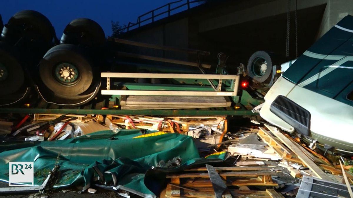 Schwerer Verkehrsunfall auf A3 - Sattelzug stürzt Böschung hinab