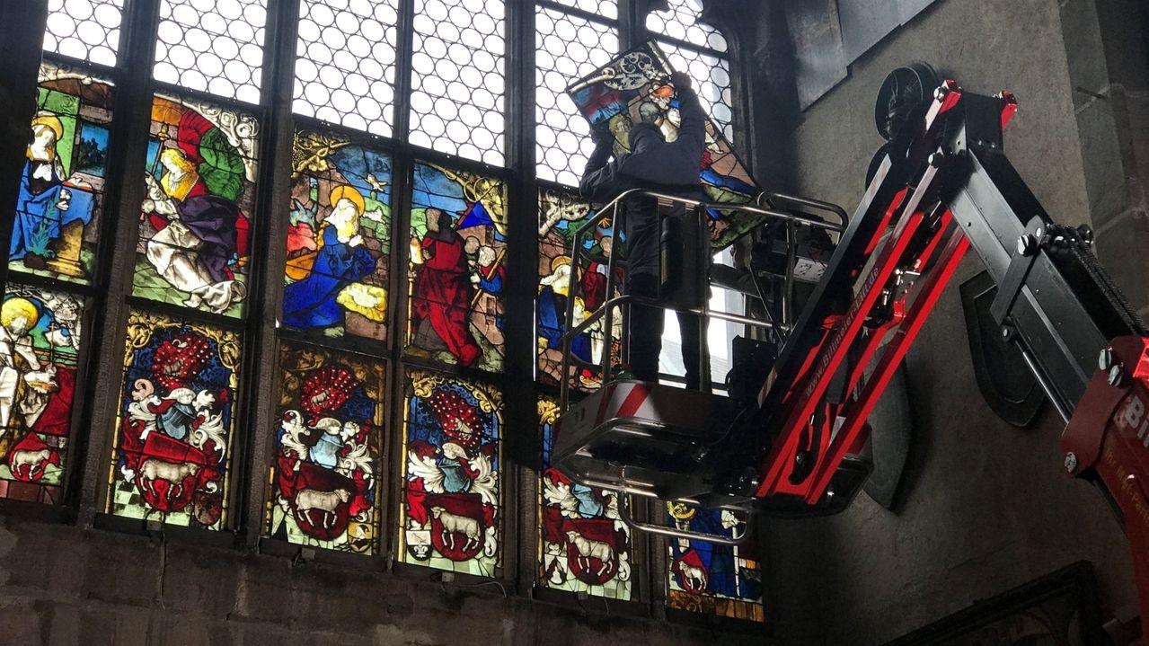 Ausbau von Teilen des Löffelholzfensters in der Nürnberger Lorenzkirche