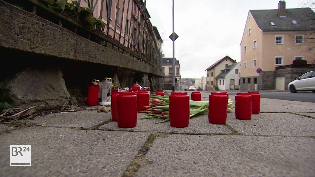 Rote Kerzen stehen auf der Straße, auf der ein 19-Jähriger überfahren wurde.