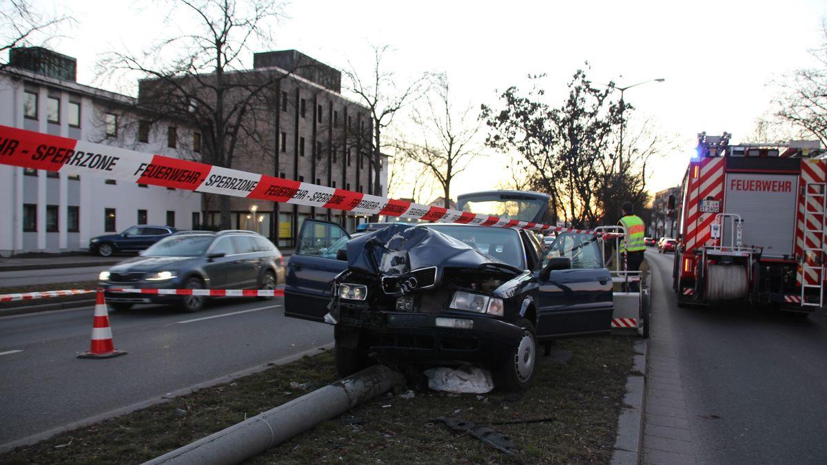 Der völlig demolierte Audi und der umgekickte Lichtmast