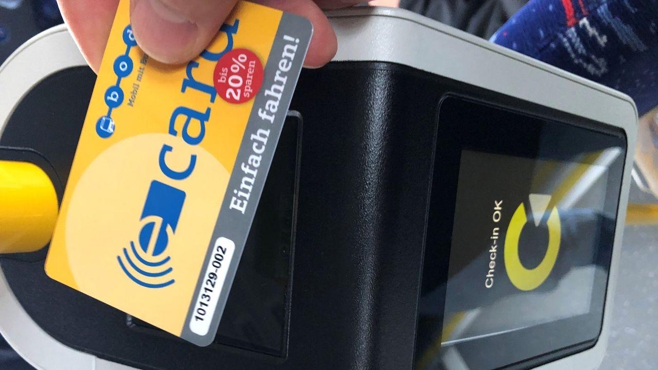 Elektronische Fahrkarte wird vor Lesegerät gehalten