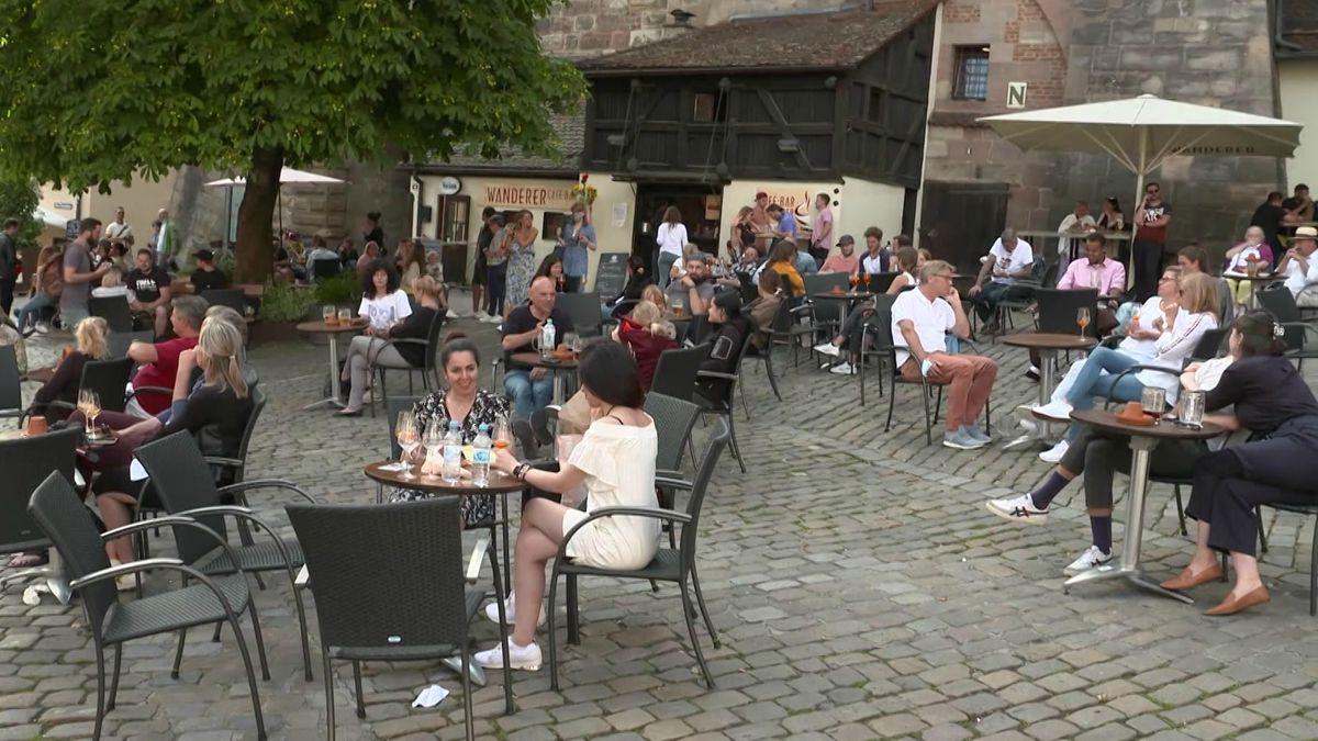Mit einem Sicherheitsdienst, Barrieren, einem Verkaufsverbot für Alkohol und mehr Beleuchtung will Nürnberg feiernde Menschenmengen in der Innenstadt verhindern. Ein Konzept, das aufzugehen scheint.