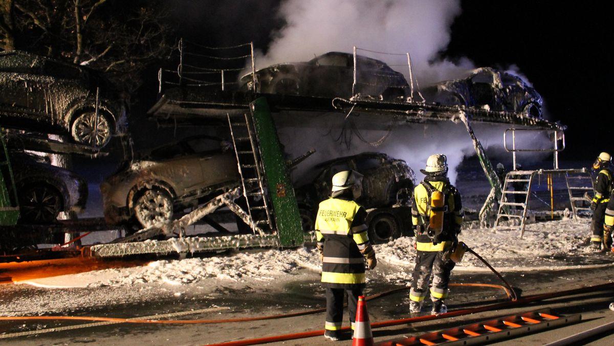 Die Feuerwehr Weyarn im Großeinsatz auf der A8: Von acht Neuwagen konnte nur einer noch rechtzeitig den Autotransporter verlassen.