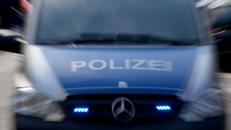 Polizeiauto mit eingeschaltenem Blaulicht