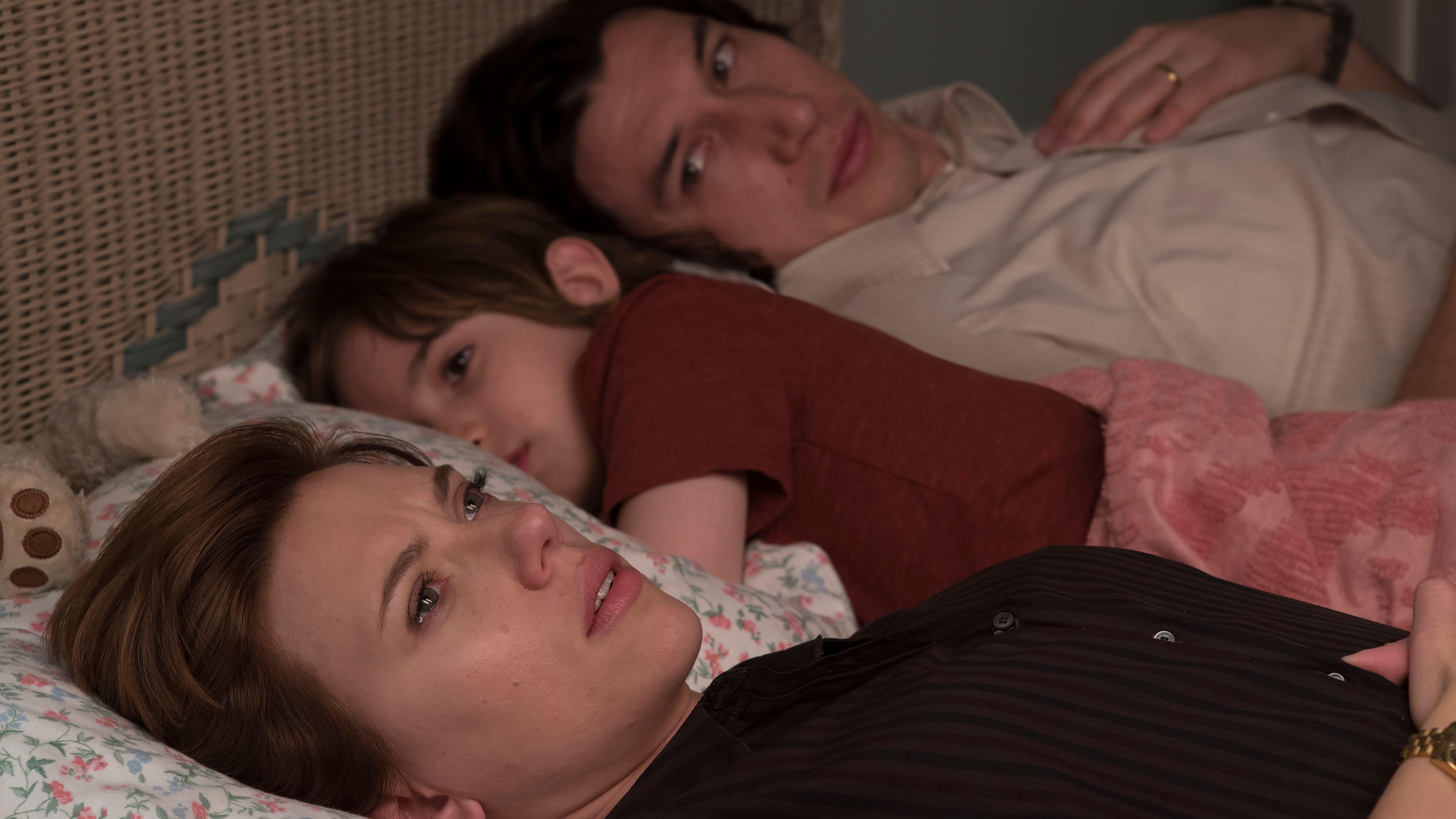 """Szene aus """"Marriage Story"""" von Noah Baumbach: Johansson und Adam Driver liegen mit ihrem Filmsohn im Bett und schauen traurig ins Leere"""