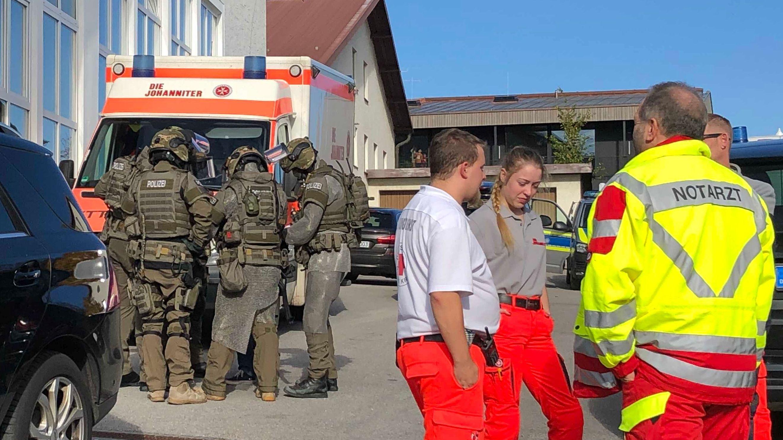 Einsatzkräfte vor dem Haus des Mannes, der sich verschanzt hatte